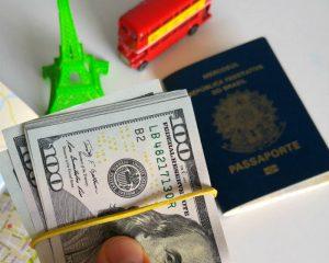Segundo os dados divulgados neta última segunda-feira, 26, os gastos de brasileiros em viagens ao exterior chegaram a US$ 2 bilhões durante o mês de janeiro deste ano. Esse foi o maior resultado desde janeiro de 2015, quando o índice chegou a US$ 2,2 bilhões. As receitas de estrangeiros no Brasil ficaram em US$ 779 milhões no mês passado.